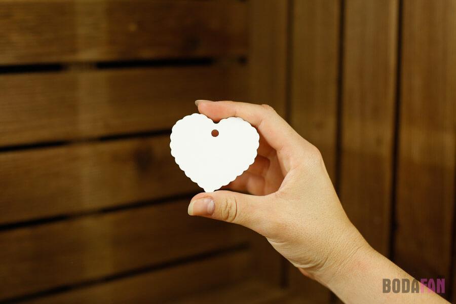 Etiquetas de cartulina blanca con forma de corazón