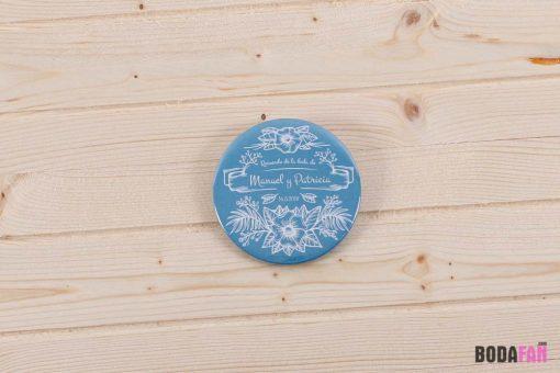 chapas-recuerdo-boda-divertida-personalizada-nombre-fecha-azul-vintage